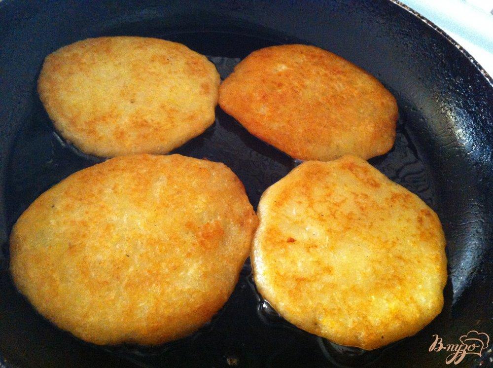 Фото приготовление рецепта: Драники с подкопченным лососем и горчичным соусом шаг №1