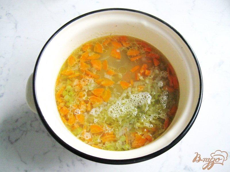 Фото приготовление рецепта: Рассольник с зеленым горошком шаг №6