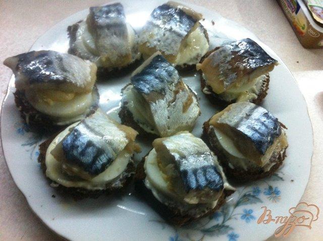 Фото приготовление рецепта: Канапе со слабосоленой скумбрией шаг №7
