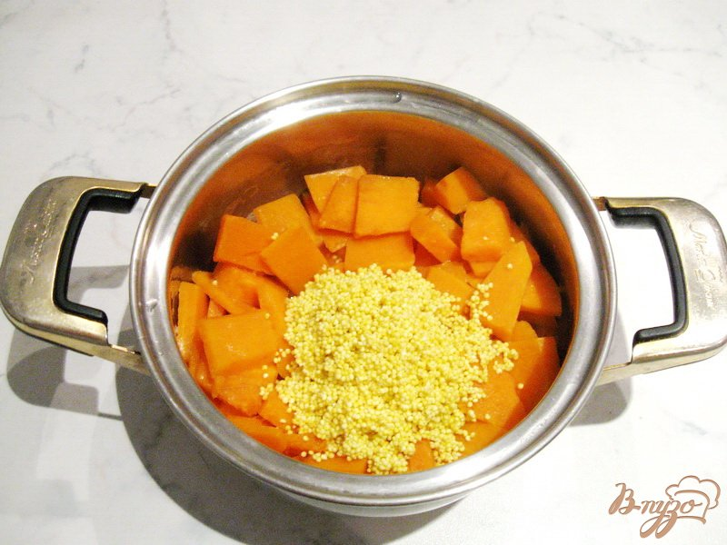 Фото приготовление рецепта: Тыквенная каша с пшеном и яблочным вареньем шаг №3