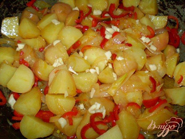Фото приготовление рецепта: Картофель с чесноком и болгарским перцем шаг №7