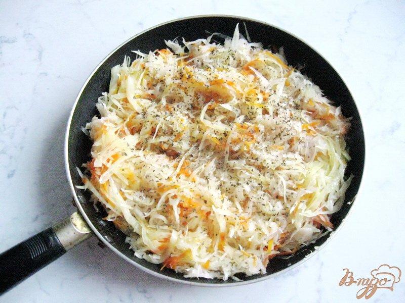 Фото приготовление рецепта: Солянка с копченой колбасой и сосисками шаг №4