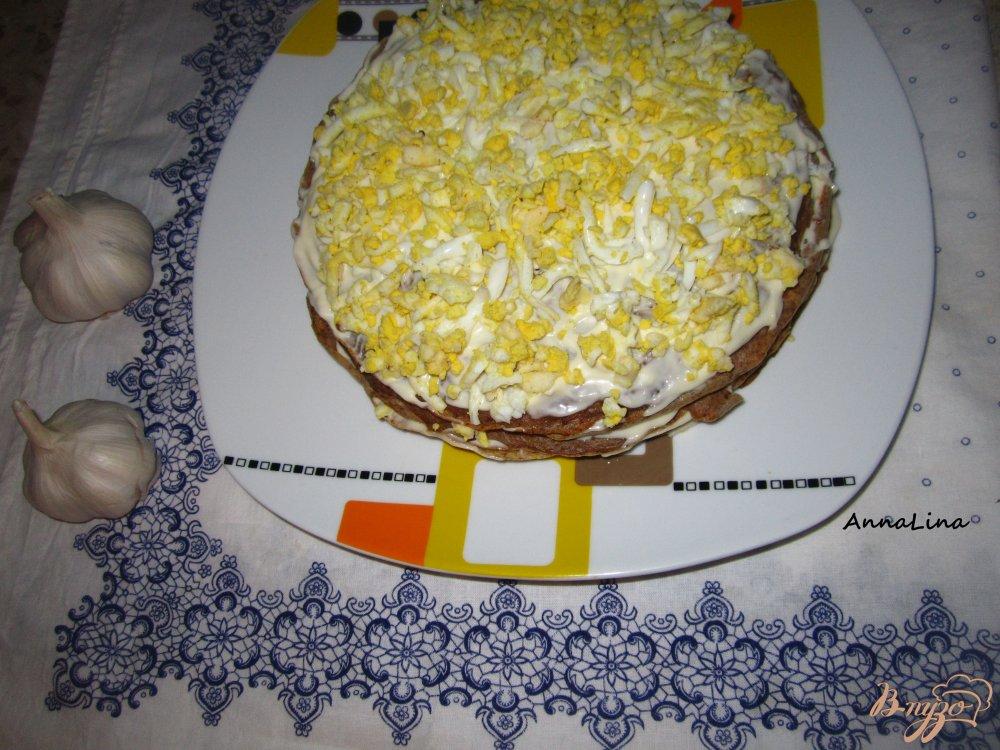 Фото приготовление рецепта: Печеночный тортик с яйцом и плавленным сырочком шаг №6