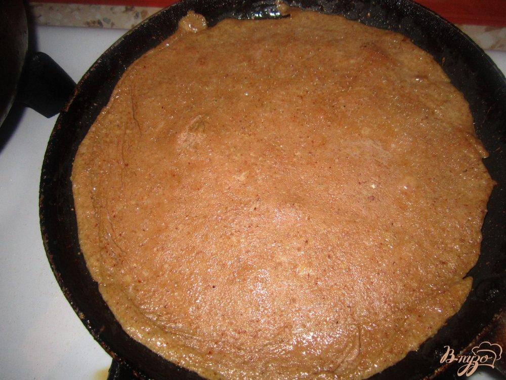 Фото приготовление рецепта: Печеночный тортик с яйцом и плавленным сырочком шаг №2