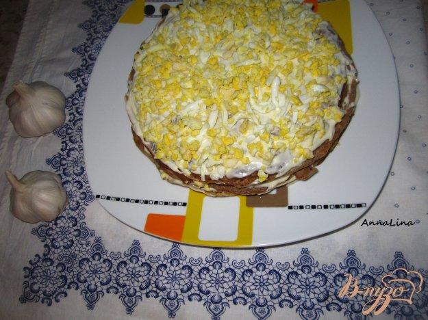 фото рецепта: Печеночный тортик с яйцом и плавленным сырочком