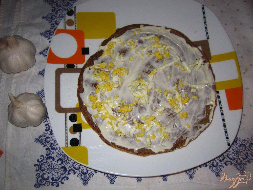 Фото приготовление рецепта: Печеночный тортик с яйцом и плавленным сырочком шаг №4
