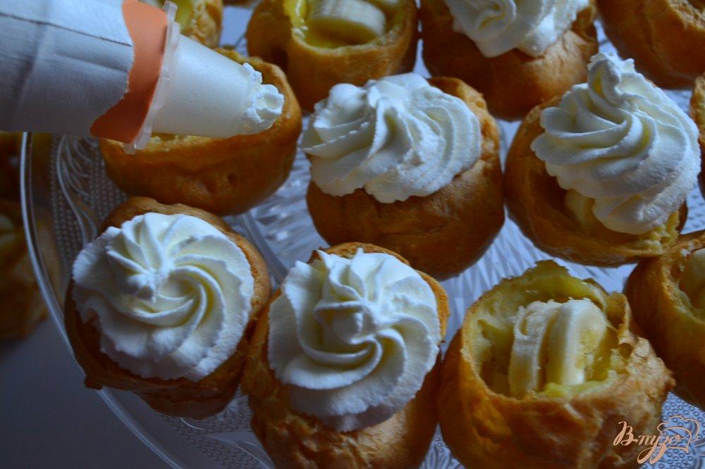 Фото приготовление рецепта: Заварные пирожные с лимонным кремом и фруктами шаг №5