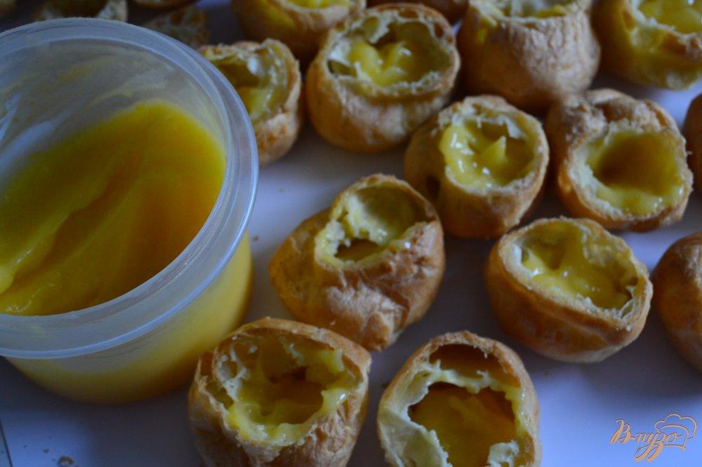 Фото приготовление рецепта: Заварные пирожные с лимонным кремом и фруктами шаг №4