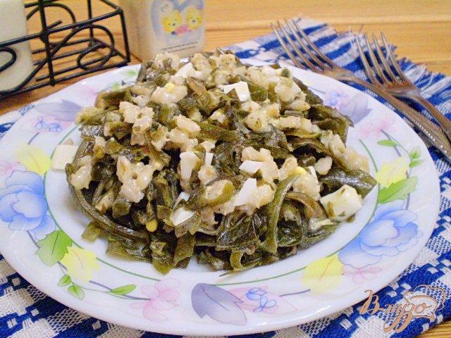 Фото приготовление рецепта: Салат с ламинарии, перловки и яиц шаг №6