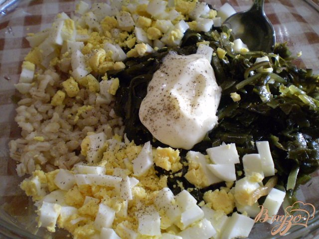 Фото приготовление рецепта: Салат с ламинарии, перловки и яиц шаг №4