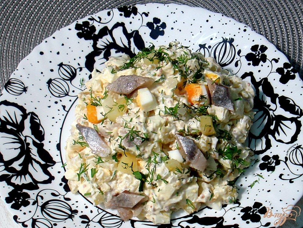 Фото приготовление рецепта: Салат из сельди яиц и картофеля шаг №9