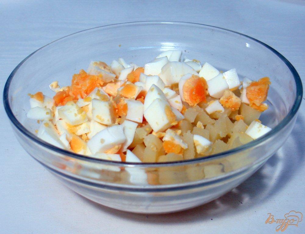Фото приготовление рецепта: Салат из сельди яиц и картофеля шаг №3