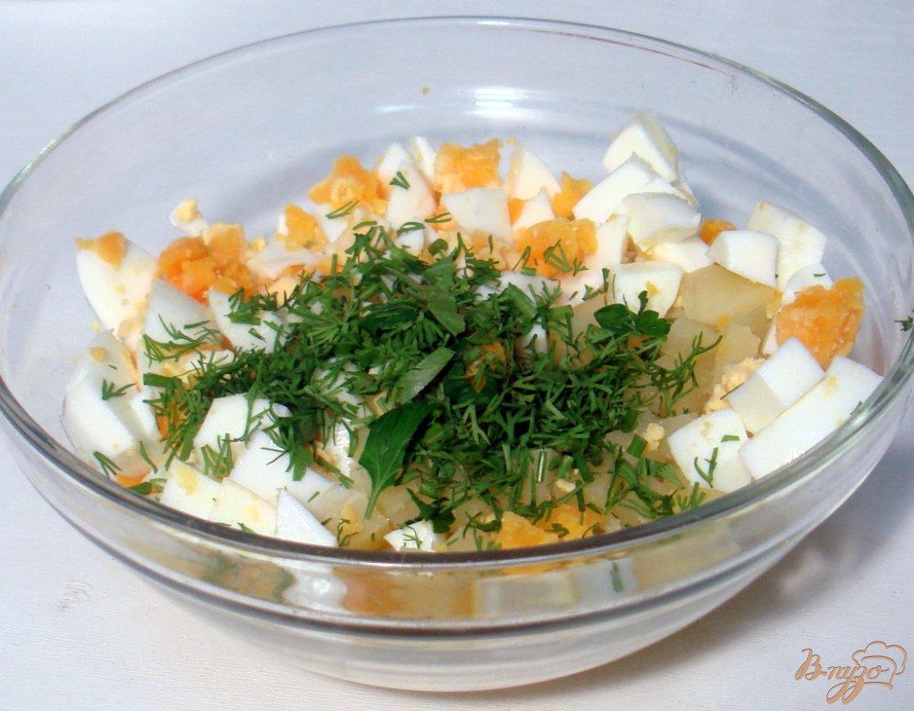 Фото приготовление рецепта: Салат из сельди яиц и картофеля шаг №5