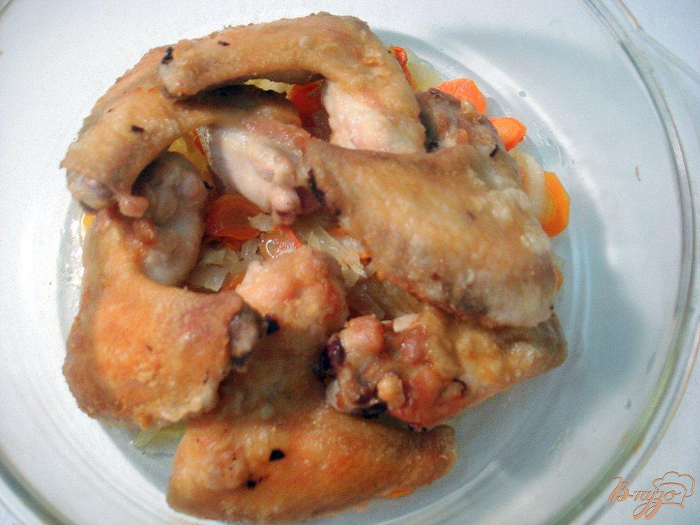 Фото приготовление рецепта: Крылышки с опятами и горошком в сметанном соусе шаг №6