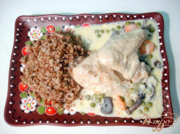 фото рецепта: Крылышки с опятами и горошком в сметанном соусе