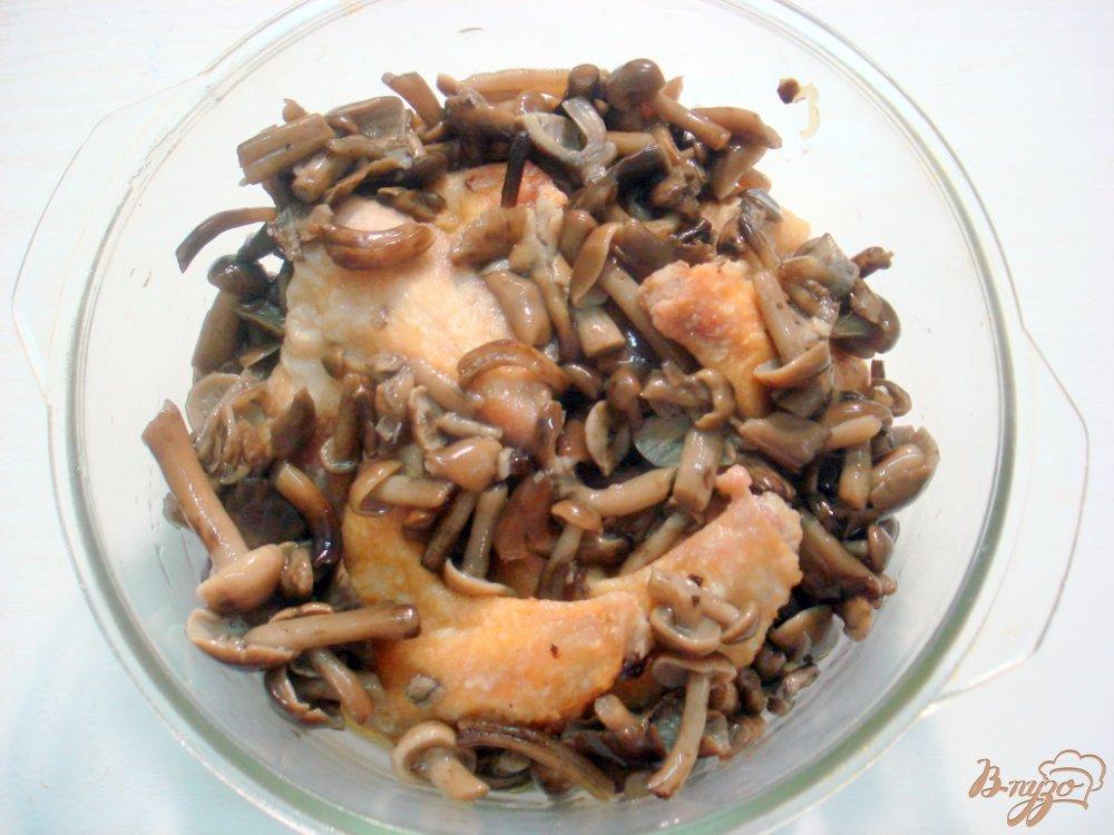 Фото приготовление рецепта: Крылышки с опятами и горошком в сметанном соусе шаг №7