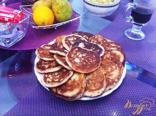 Фото приготовление рецепта: Оладьи с йогуртом и изюмом на завтрак шаг №8