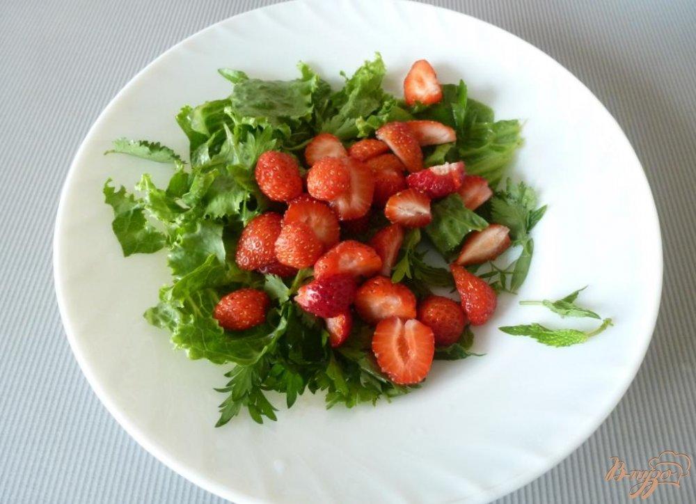 Фото приготовление рецепта: Салат из сырокопченого мяса и клубники шаг №2