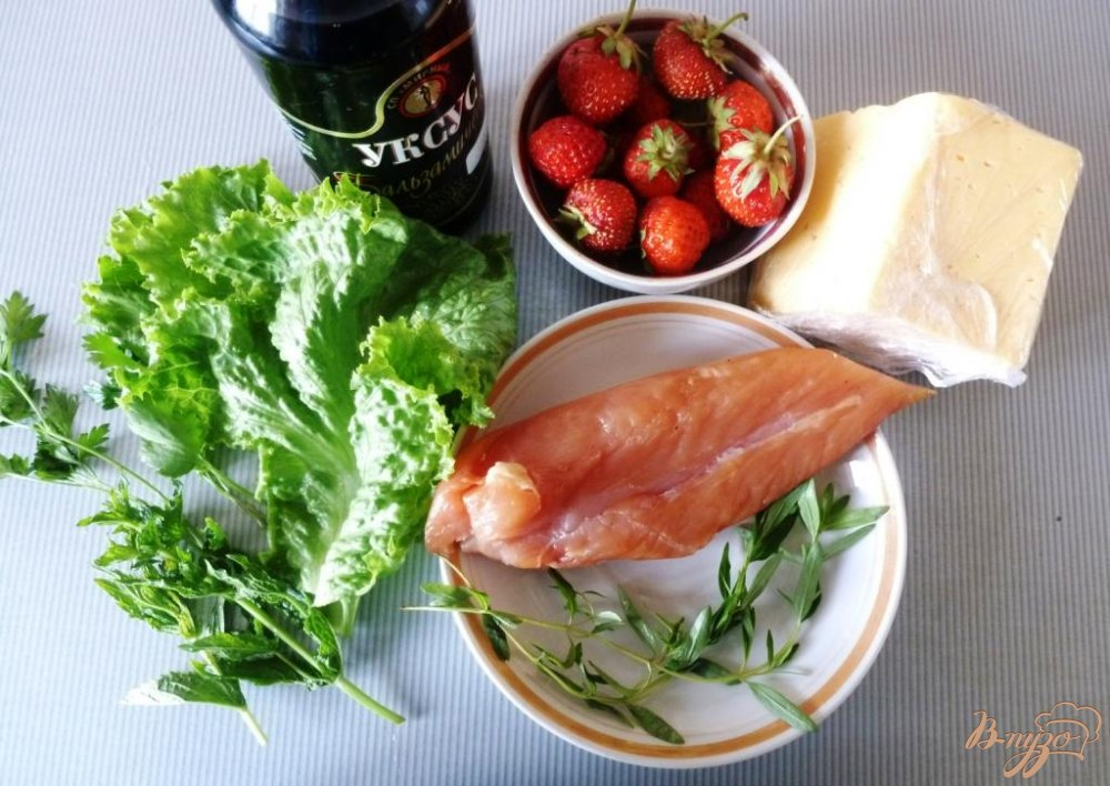Фото приготовление рецепта: Салат из сырокопченого мяса и клубники шаг №1