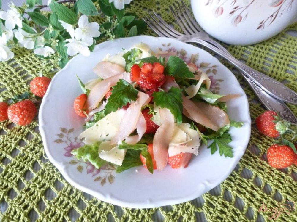Фото приготовление рецепта: Салат из сырокопченого мяса и клубники шаг №5