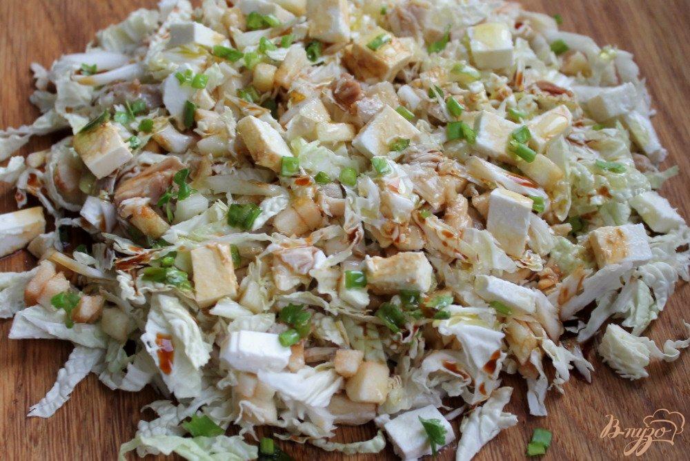 Фото приготовление рецепта: Салат из пекинской капусты и курицы шаг №5