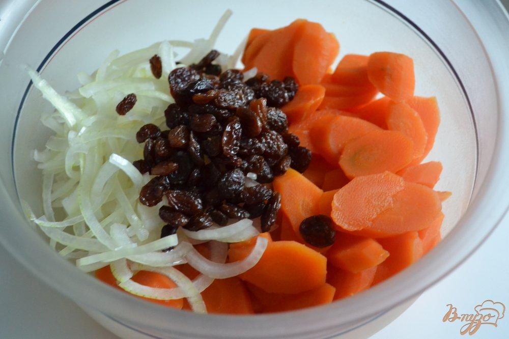 Фото приготовление рецепта: Салат из моркови с изюмом шаг №2