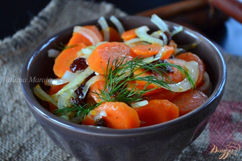 Фото приготовление рецепта: Салат из моркови с изюмом шаг №3