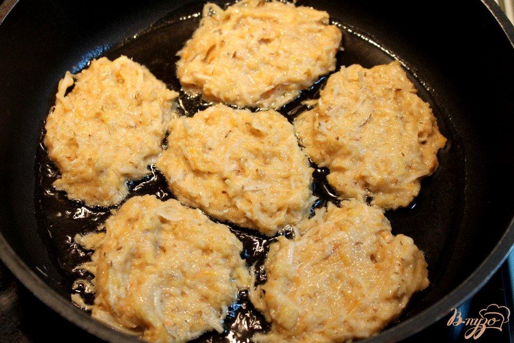 Фото приготовление рецепта: Драники из топинамбура и кабачка шаг №4