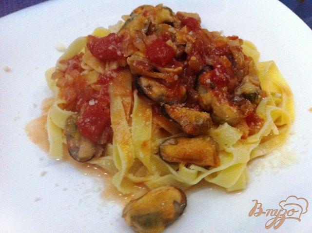 Фото приготовление рецепта: Тагльятелле с мидиями в томатном соусе шаг №11
