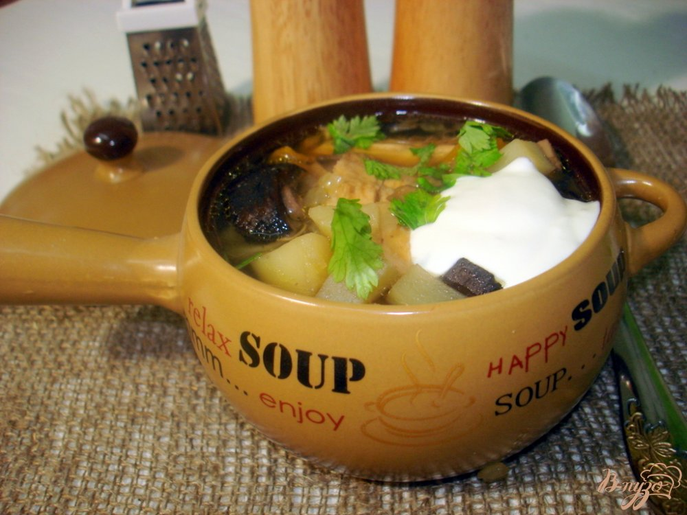 Фото приготовление рецепта: Суп с лесными грибами на курином бульоне шаг №7