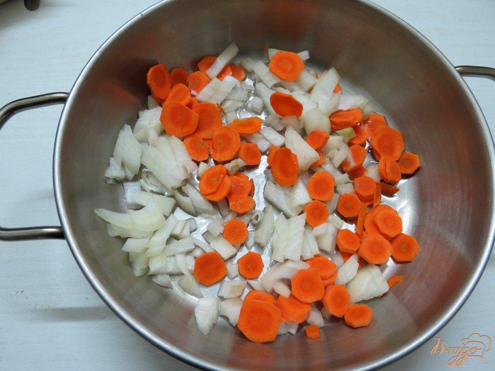 Фото приготовление рецепта: Суп с вешенками и брокколи шаг №4