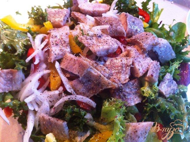 Фото приготовление рецепта: Овощной салат с копченым угрём. шаг №8
