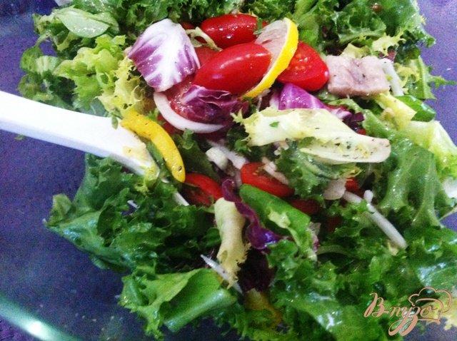 Фото приготовление рецепта: Овощной салат с копченым угрём. шаг №10