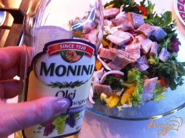 Фото приготовление рецепта: Овощной салат с копченым угрём. шаг №9