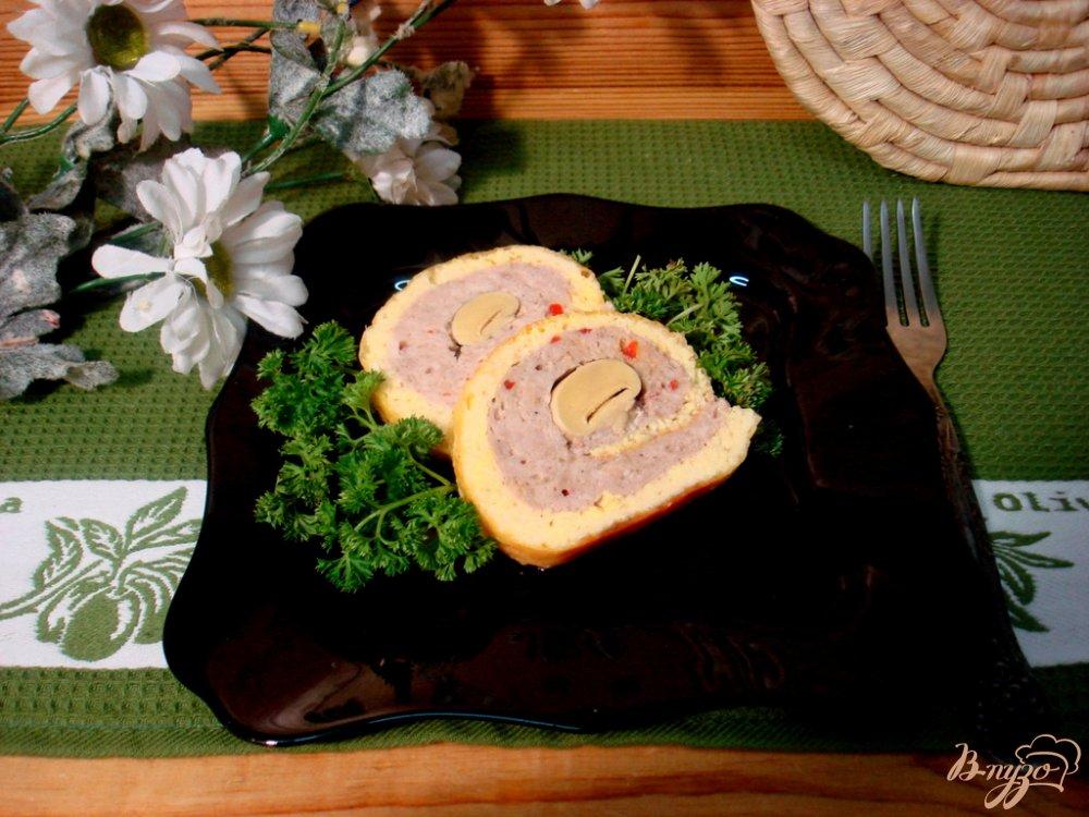Фото приготовление рецепта: Рулет сырный с фаршем шаг №11