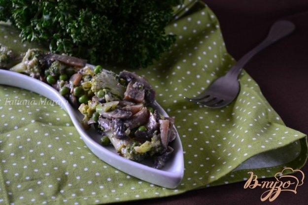 фото рецепта: Грибной салат с зеленым горошком и брокколи