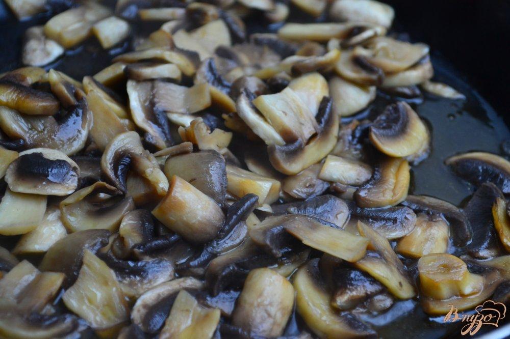 Фото приготовление рецепта: Грибной салат с зеленым горошком и брокколи шаг №2