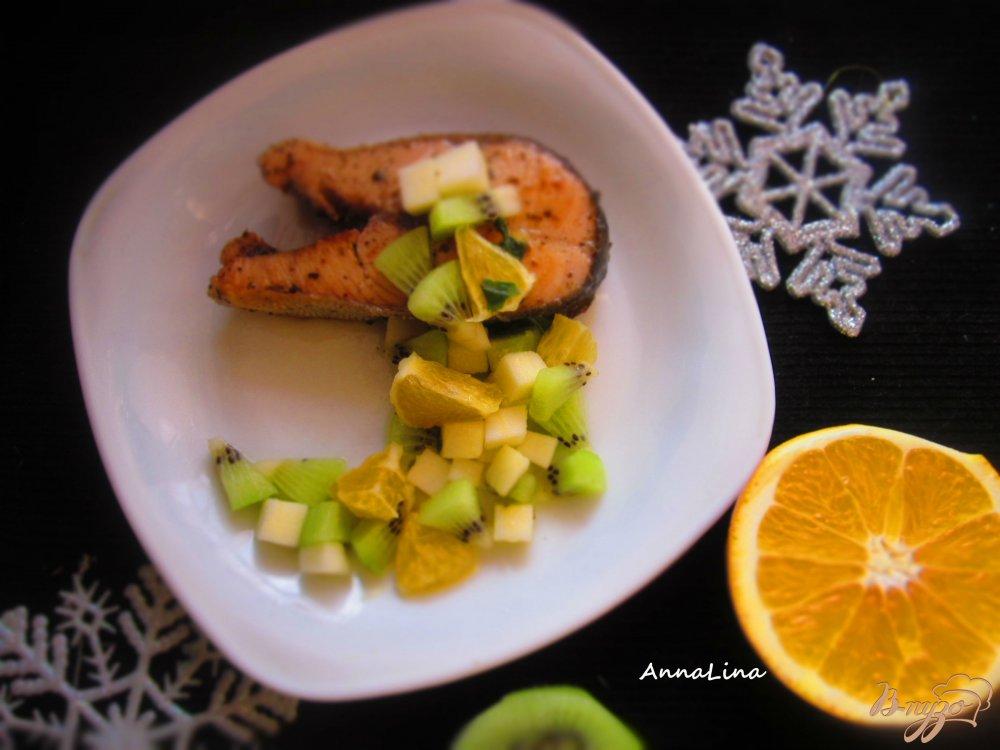 Фото приготовление рецепта: Стейк горбуши с фруктовой сальсой шаг №5