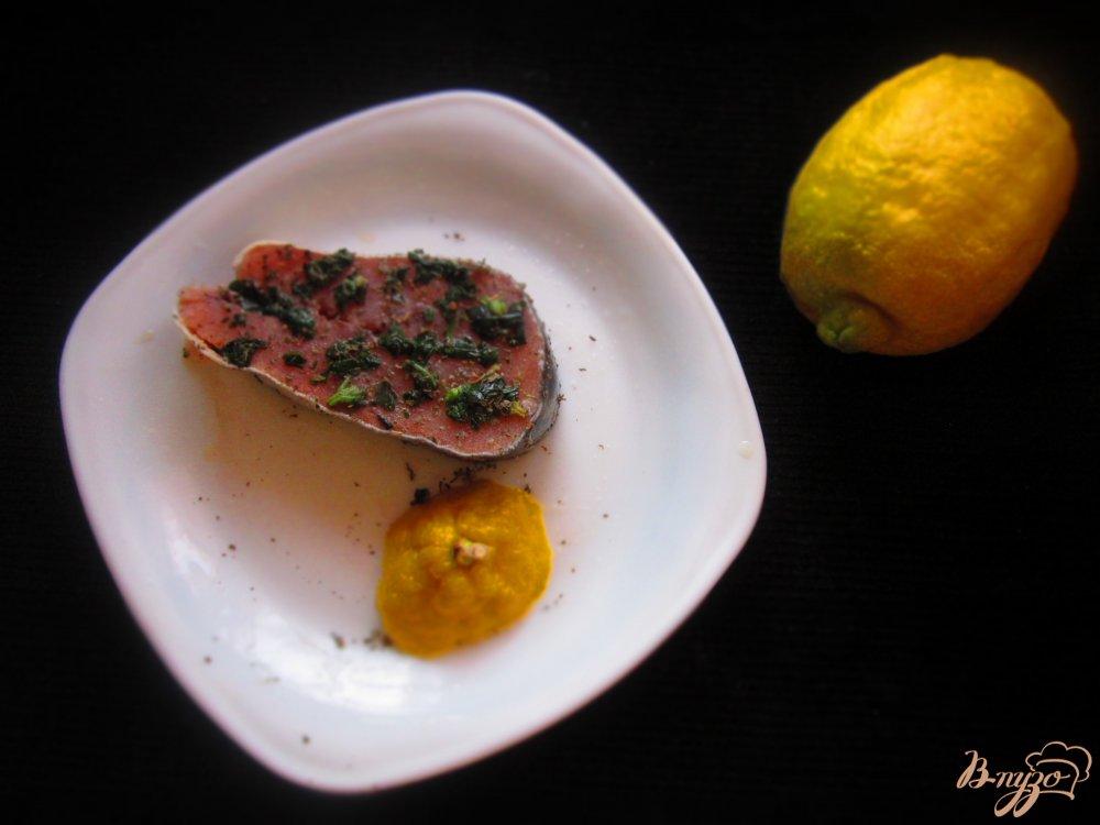 Фото приготовление рецепта: Стейк горбуши с фруктовой сальсой шаг №1