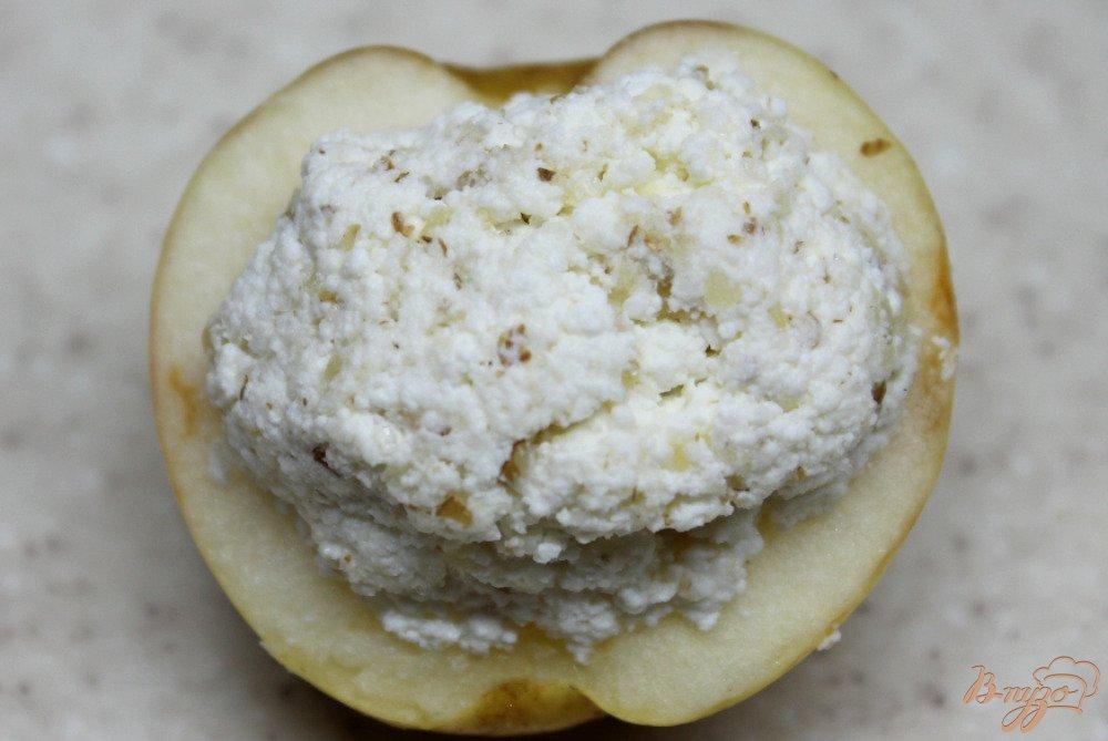 Фото приготовление рецепта: Яблоки запеченные с творогом шаг №4