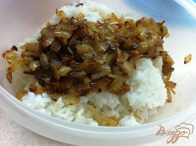 Фото приготовление рецепта: Салат с тунцом и рисом шаг №4