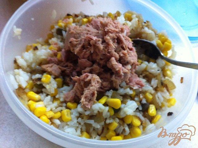Фото приготовление рецепта: Салат с тунцом и рисом шаг №6