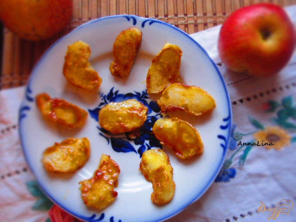 Фото приготовление рецепта: Яблоки в кляре шаг №6