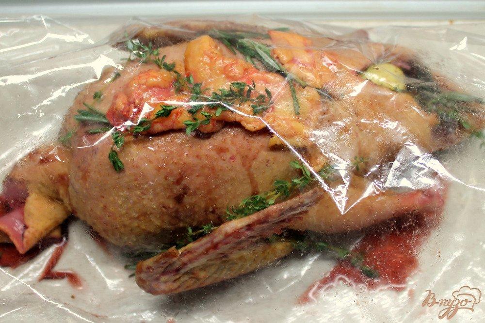 Фото приготовление рецепта: Утка в яблоках шаг №9
