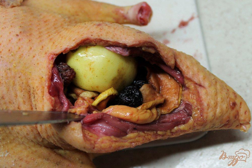 Фото приготовление рецепта: Утка в яблоках шаг №7