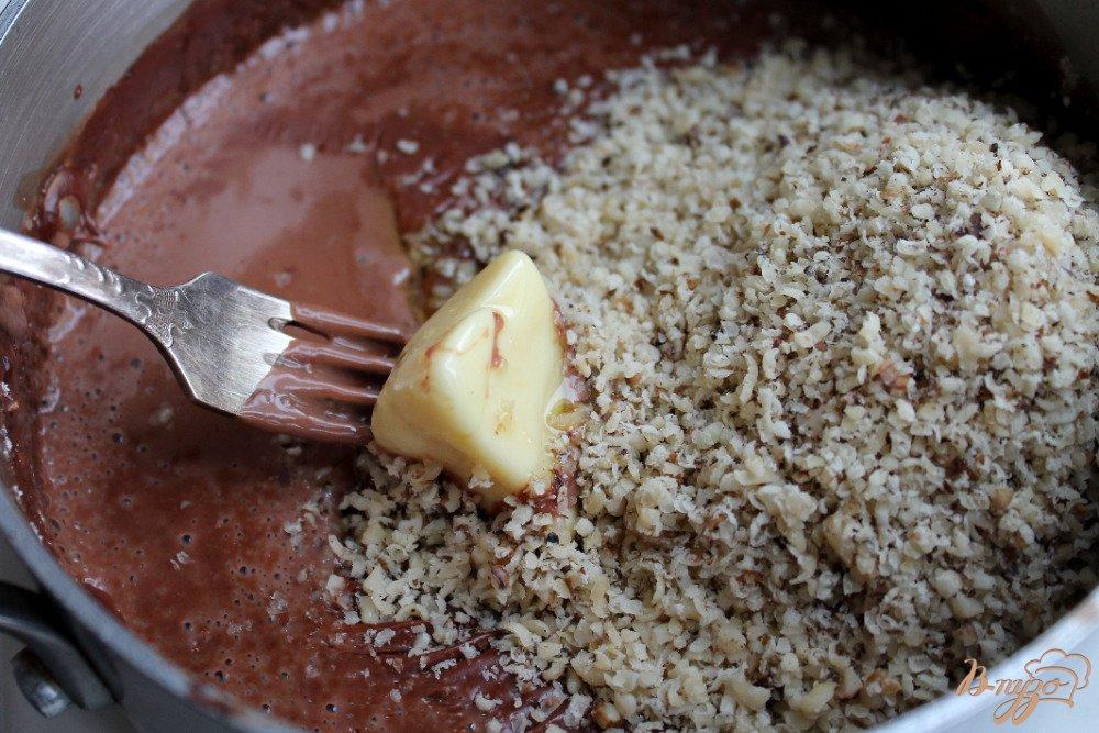 Фото приготовление рецепта: Шоколадно-ореховый торт шаг №7
