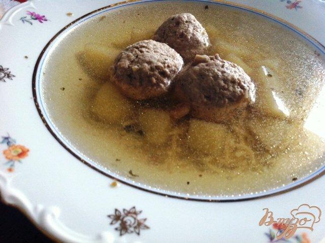 Фото приготовление рецепта: Суп с фрикадельками и вермишелью шаг №7