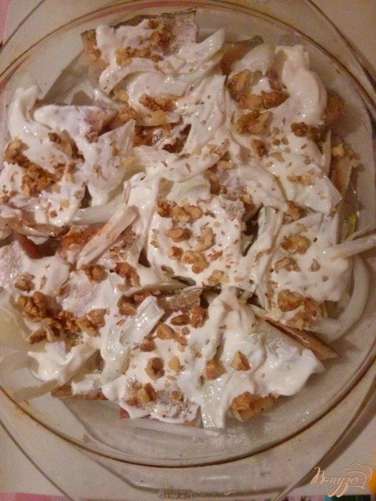Фото приготовление рецепта: Минтай запеченный с орехами под сливочным соусом шаг №4