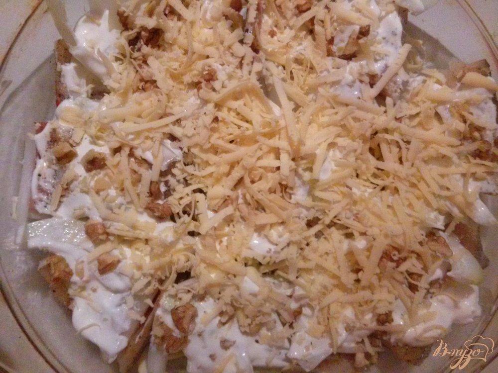Фото приготовление рецепта: Минтай запеченный с орехами под сливочным соусом шаг №5