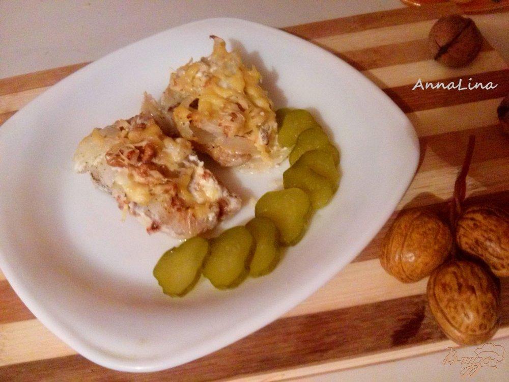 Фото приготовление рецепта: Минтай запеченный с орехами под сливочным соусом шаг №6